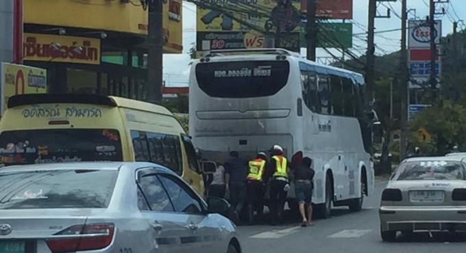 Des officiers de la police de la route félicités pour avoir poussé un car en panne