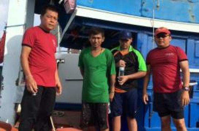L'équipage d'un yacht australien secourt des pêcheurs d'un bateau en détresse