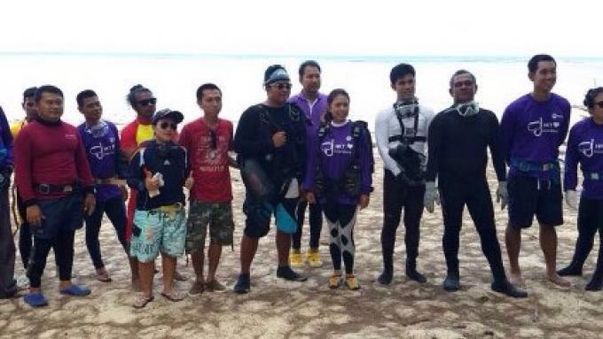 Les plongeurs nettoient la mer pour proteger les nouveaux recifs de Phuket