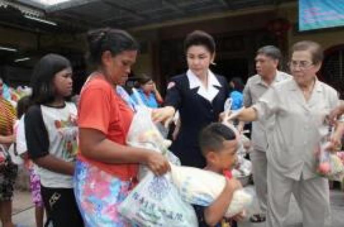 La fondation des secouristes Kusoldharm remet des bourses d'études aux étudiants de Phuket