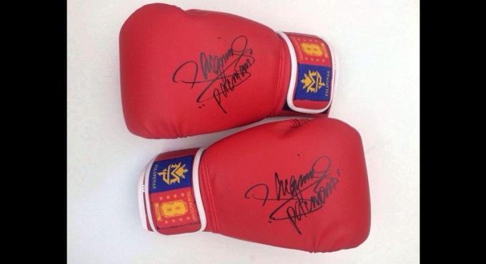 Des gants de boxe signés par 'Manny' aux enchères