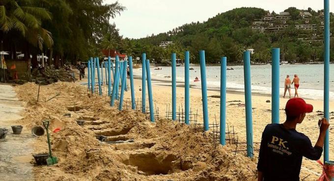 Le chef de l'autorité de Cherng Talay ordonne le retrait des tuyaux de PVC de la plage