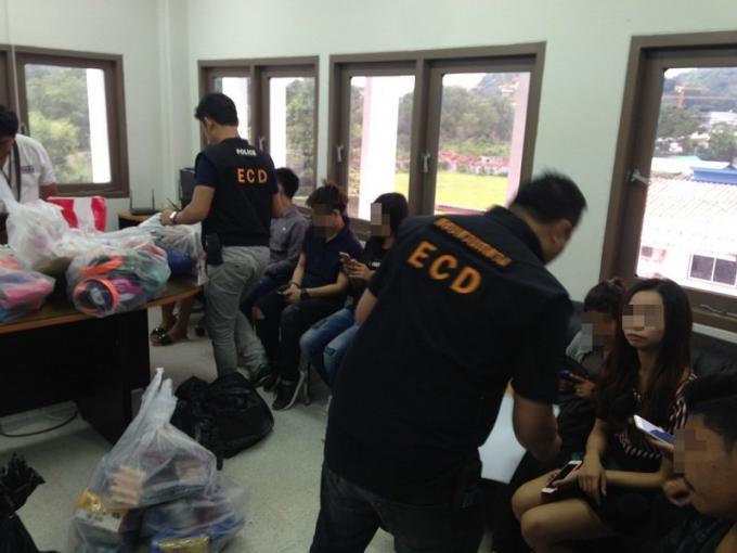 Les officiels saisissent de l'électronique de contrefaçon a Central Festival pour une valeur de