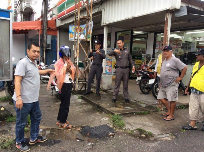 La police arrête le braqueur quelque heures après un holdup au 7-Eleven de Thalang