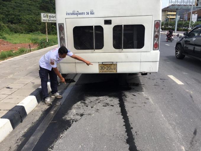 La fuite d'huile d'un car fait chuter des scooters