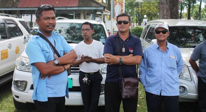 Les chauffeurs de taxis et tuk-tuks se rassemblent pour leurs places de parking à Patong