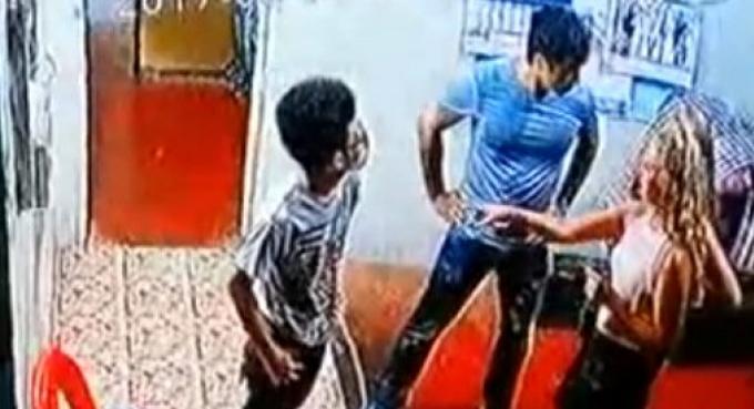 La police de Phuket stoppe ses recherches de l'étranger qui a frappé le concierge de toilettes �