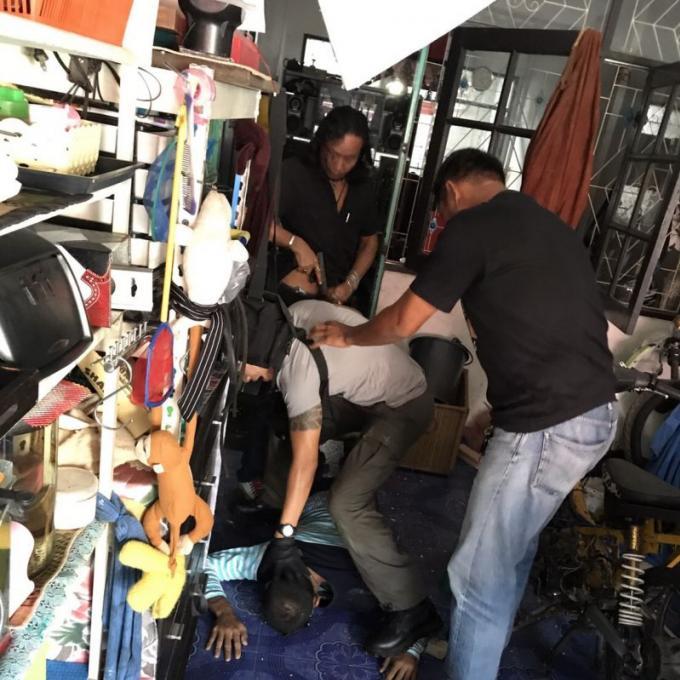 Un fugitif arrêté après avoir traversé le plafond