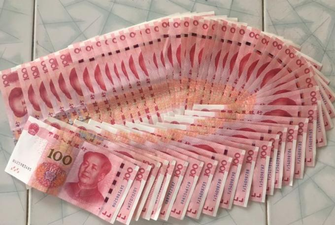 Une infirmière de Phuket rend a une touriste chinoise un sac plein d'argent