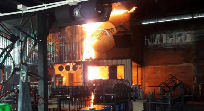 Un club de Phuket Town prend feu en pleine journée