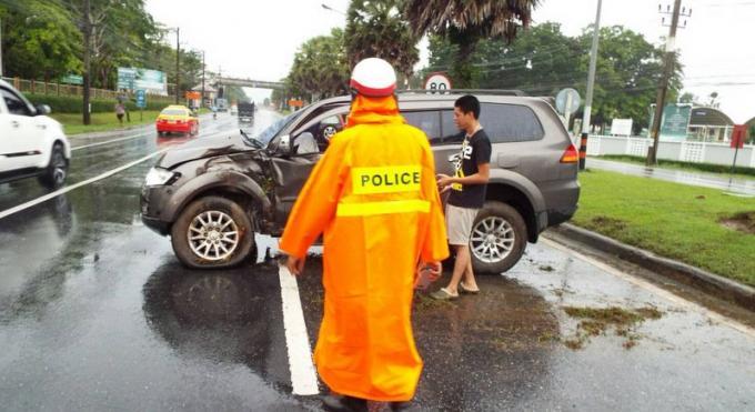 A cause de la pluie, une voiture part en aquaplaning droit dans un arbre