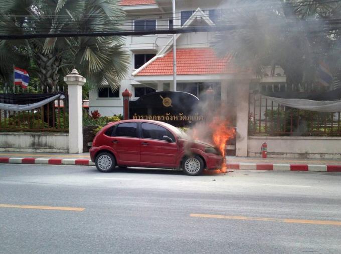 Une voiture prend feu devant le commissariat de la police provinciale