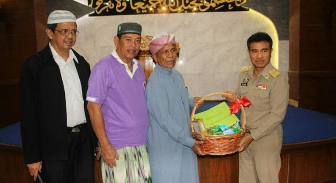 Le gouverneur se rend auprès des musulmans de Patong pour le Ramadan