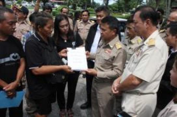 Des pêcheurs de Phuket protestent contre la fermeture d'un restaurant de fruit de mer de la commu
