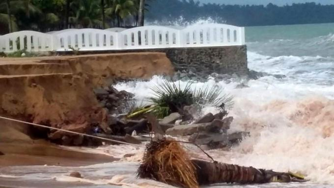 La météo déchainée érode une plage du nord de Phuket