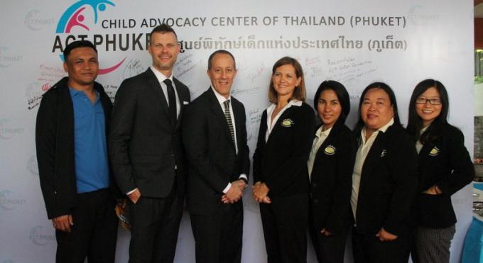 La police, le FBI, et les ONG s'allient pour lutter contre l'exploitation des enfants à Phuket
