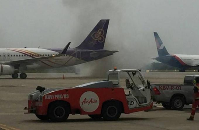 Un camion en feu sur le tarmac de l'aéroport international de Krabi