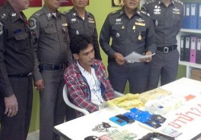 La police de Krabi a arrêté un homme en possession de Ya Bah, un pistolet et des munitions