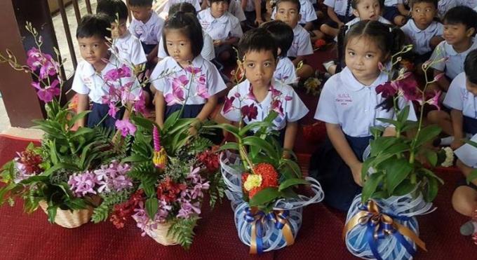Les élèves de Phuket rendent hommage à leurs professeurs à l'occasion du Wai Kru