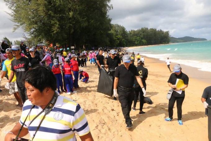 Des tonnes de déchets nettoyés de la plage de l'aéroport