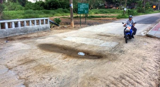 Le pont de Nai Harn – encore – en réparation