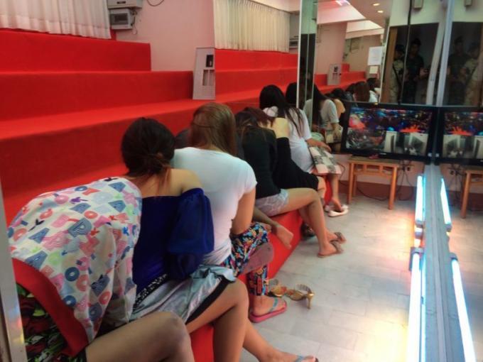 Intervention dans des salons de massage, 5 travailleurs illégaux, aucune preuve de prostitution