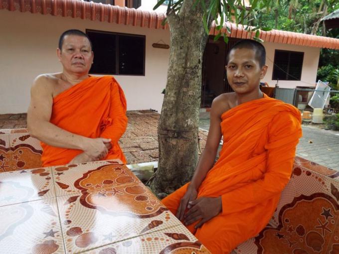 Une voiture manque de peu de faucher un jeune moine de Phuket