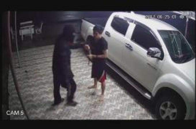 Un homme seul contrecarre les plans d'un voleur cagoulé et armé d'un M16