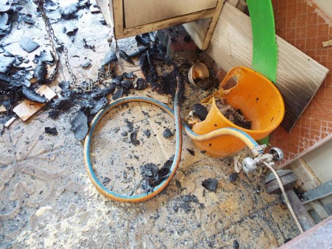 Une bouteille de gaz prend feu et embrase une voiture et un scooter