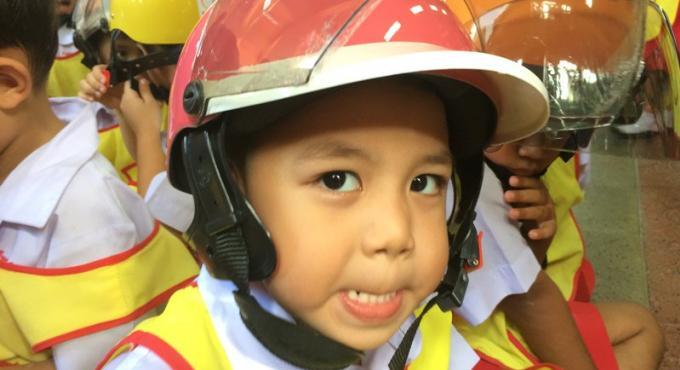 Un groupe de motards offre 400 casques de vélo aux écoliers de Phuket