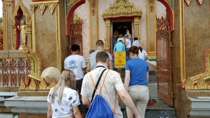 Des touristes de Phuket partcipent aux prières pour Asarnha Bucha