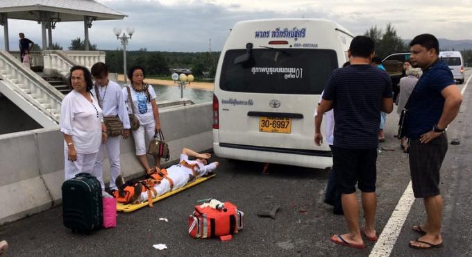 Une BMW percute un van arreté sur le pont pour des photos et éjecte le chauffeur a l'eau
