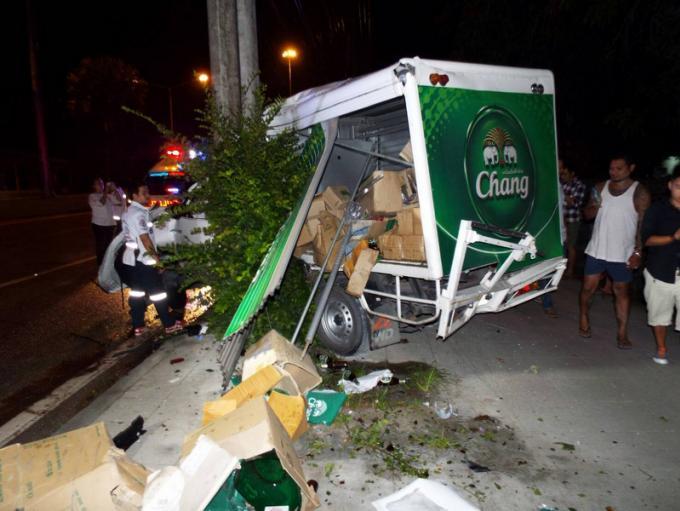 Le chauffeur d'un camion transportant de la bière fonce dans un pylône