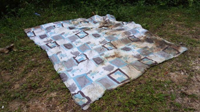 Un corps enveloppé dans des draps retrouvé dans la jungle