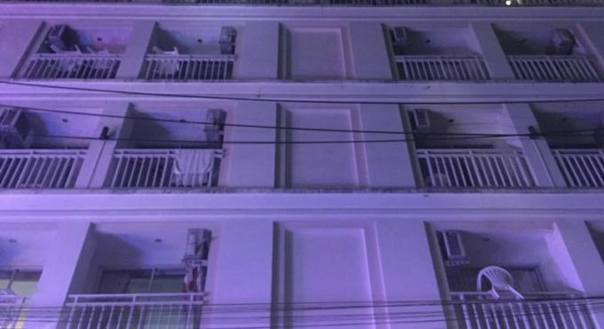 Une russe laisse sa fille de 10 ans seule dans la chambre et saute du toit de l'hôtel