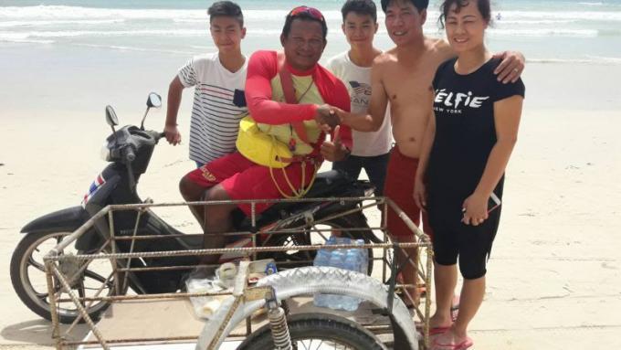 Une chinoise vient remercier les sauveteurs de Phuket qui l'ont sauvé de la noyade