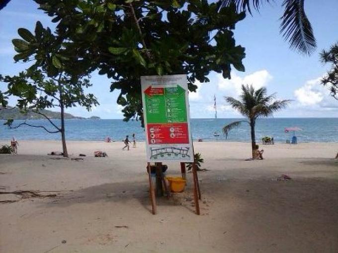 Le gouverneur appelle la Marine pour nettoyer les commerces des plages de Patong