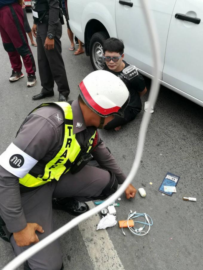 Arrêté après avoir grillé un feu rouge, la police découvre drogue, arme et munitions