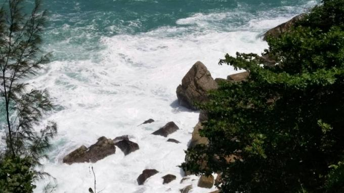 Une chinoise meurt emportée par une vague en posant pour une photo