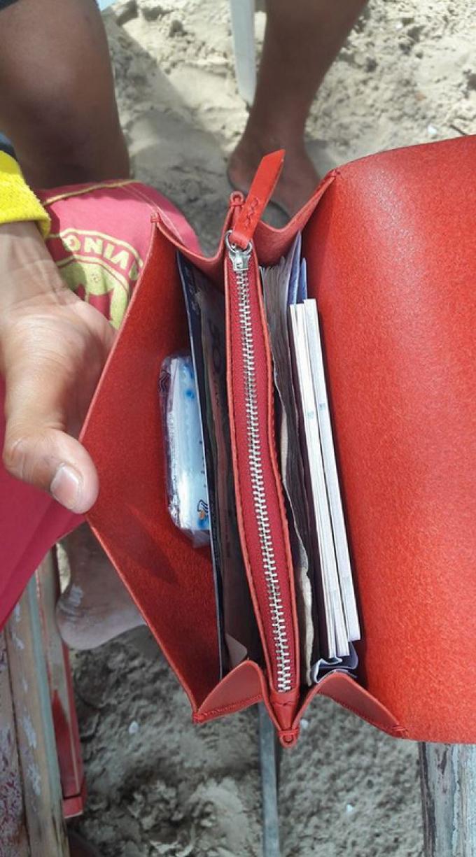 Un touriste chinois pleure joie quand le sauveteur lui rend son sac et près de B100.000 bahts