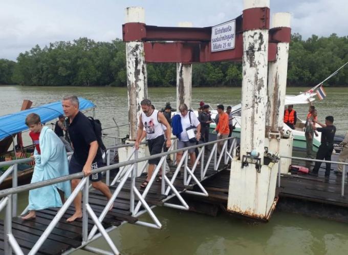Des touristes secourus près de James Bond Island après la collision et le naufrage de leur bateau