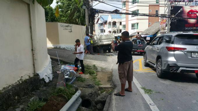 Un camion percute le mur du temple en bas de Patong Hill