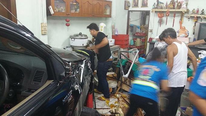 Un homme coincé dans la boulangerie, sous une voiture