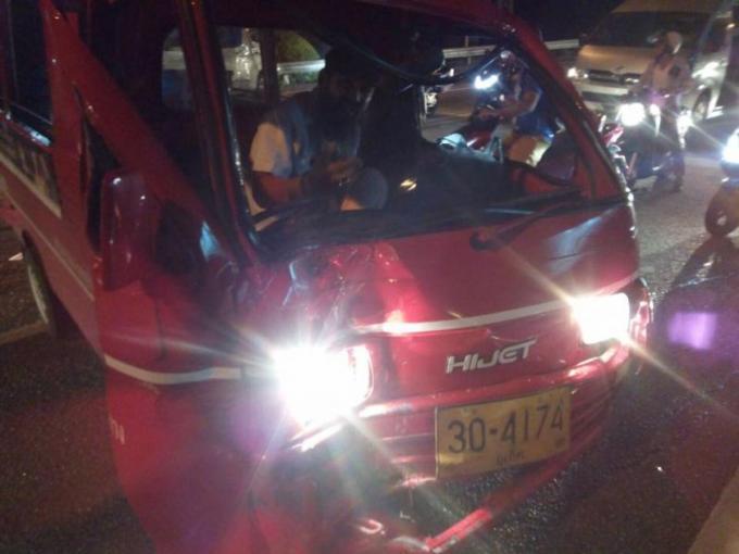 Un car de tourisme manque de plonger dans le vide et embouti un van et un tuk-tuk a Patong Hill