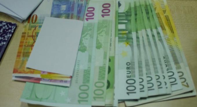 Un chauffeur de van rend une grosse d'argent oubliée par un touriste