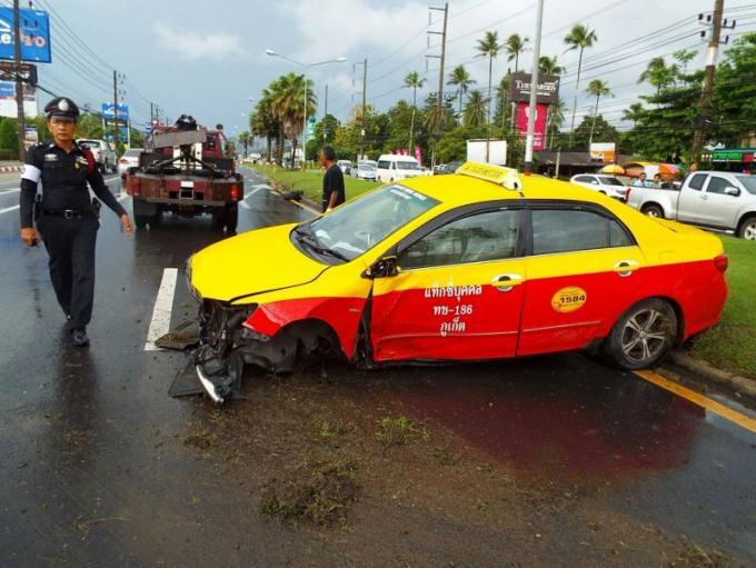Deux accidents a quelques minutes d'intervalle sur Thepkrasattri Rd