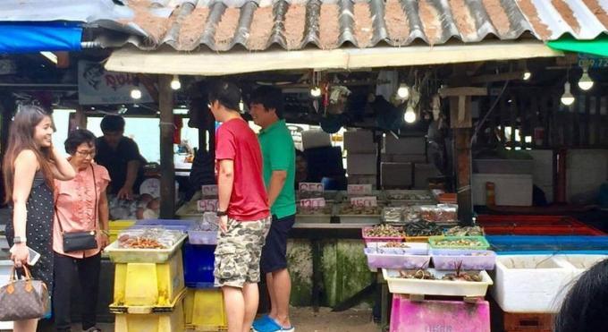 Un vendeur de fruit de mer nie alourdir sa marchandise avec des cailloux