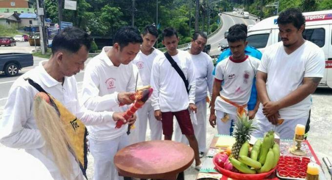 Les secouristes prient les dieux chinois pour rendre plus sûre Patong Hill