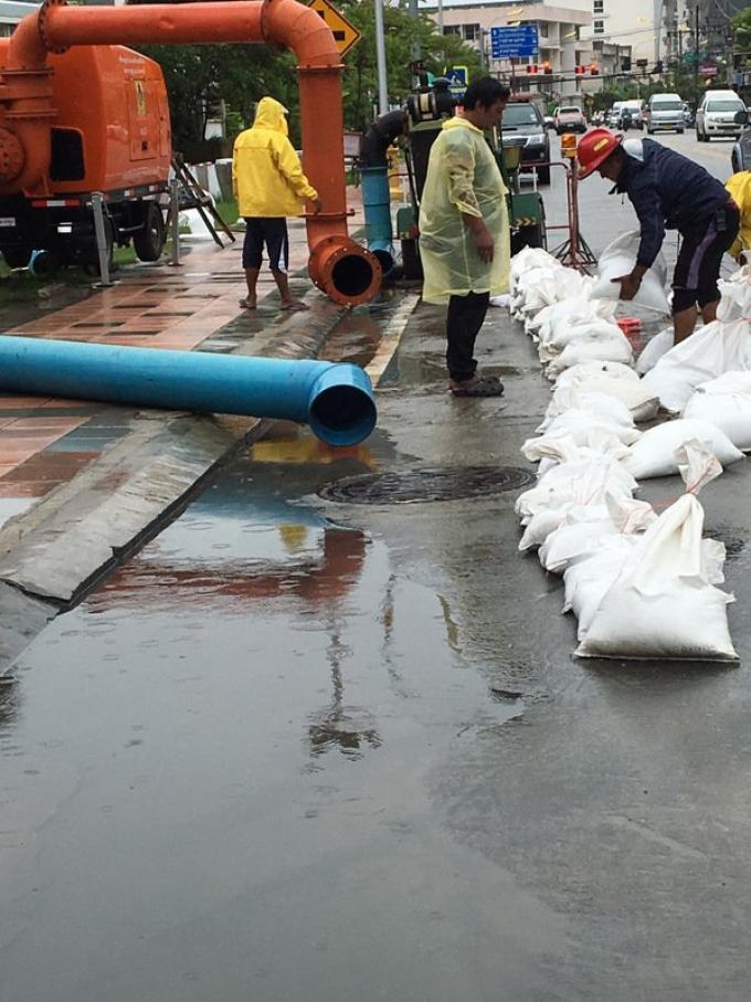 Inondations a Phuket Town, la municipalité de Patong installe des sacs de sable