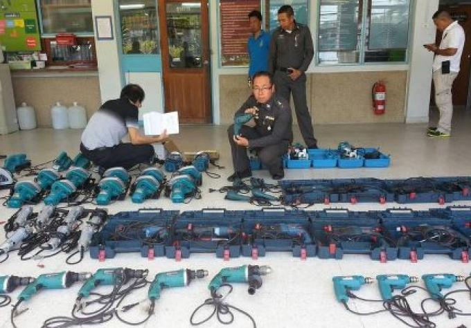 Ados attrapé pour la vente des outils électriques, importés illégalement dans la ville de Phuket